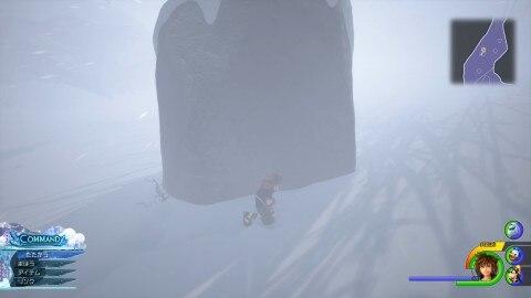 岩に隠れて吹雪を避ける