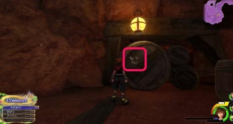 洞窟内大きい樽